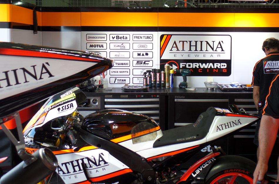 Mittendrin in der Garage des Forward Racing Teams im zweiten freien MotoGP Training am Sachsenring.