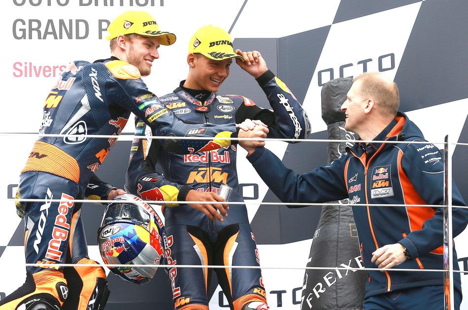 """So sehen Sieger aus. Brad Binder feiert mit Teamkollege Bo Bendsneyder und """"Boss"""" Aki Ajo den Moto3 Erfolg in Silverstone."""