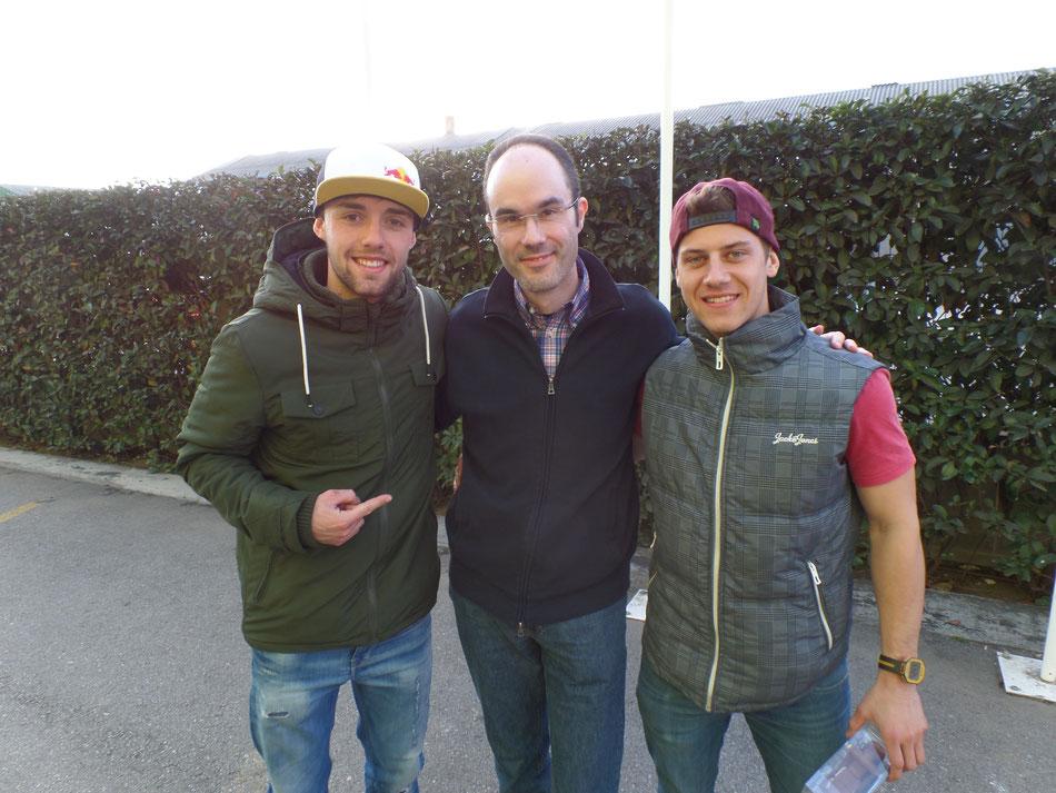Markus Kahl (Motosports24, Mitte) trifft Jonas Folger (links) und Marcel Schrötter zum Interview in Barcelona.