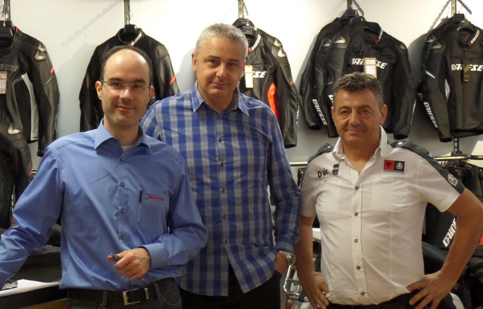 Markus Kahl (links) trifft Josef Morat (Mitte) von Dainese und Maurizio Vitali (rechts) von AGV zum Interview.