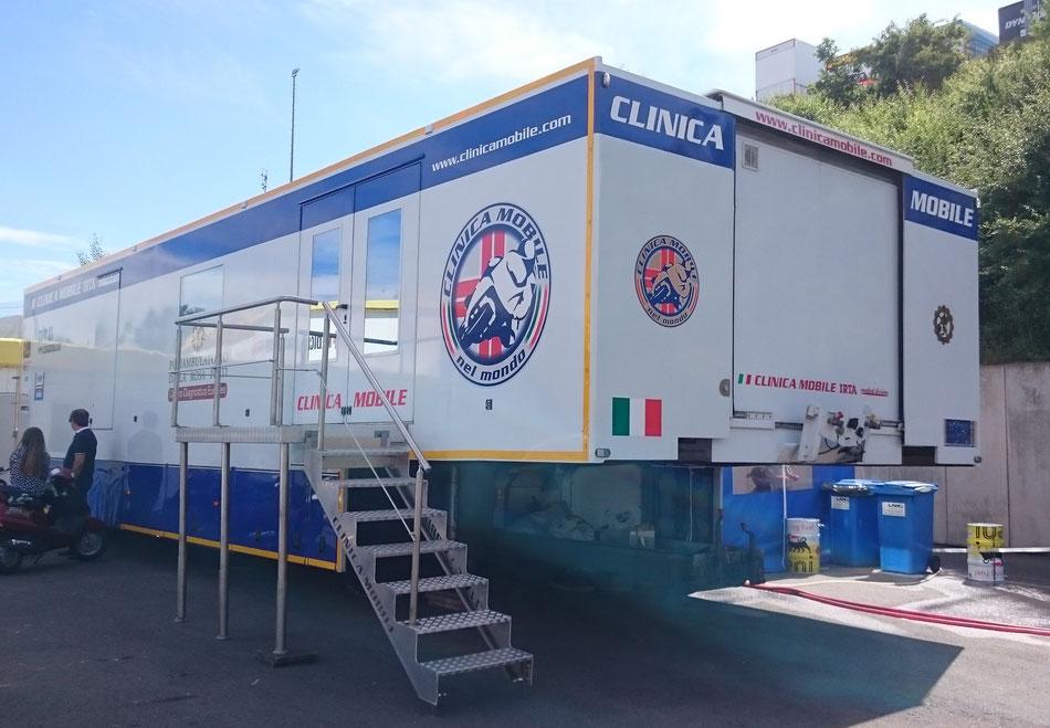 Das Clinica Mobile wird per Truck von Strecke zu Strecke in der MotoGP gefahren.