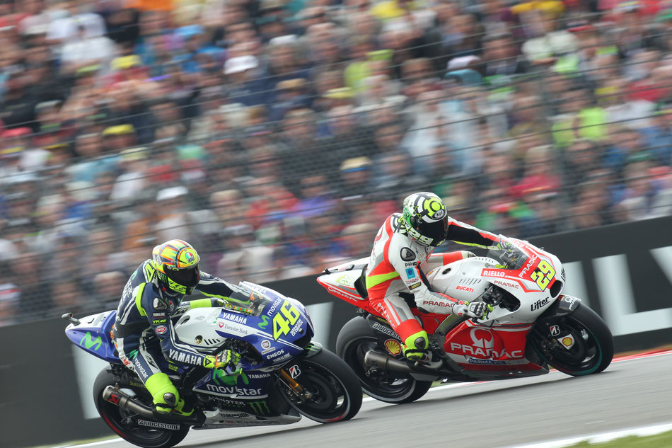 Valentino Rossi im Duell mit Andrea Iannone 2014 in Assen.