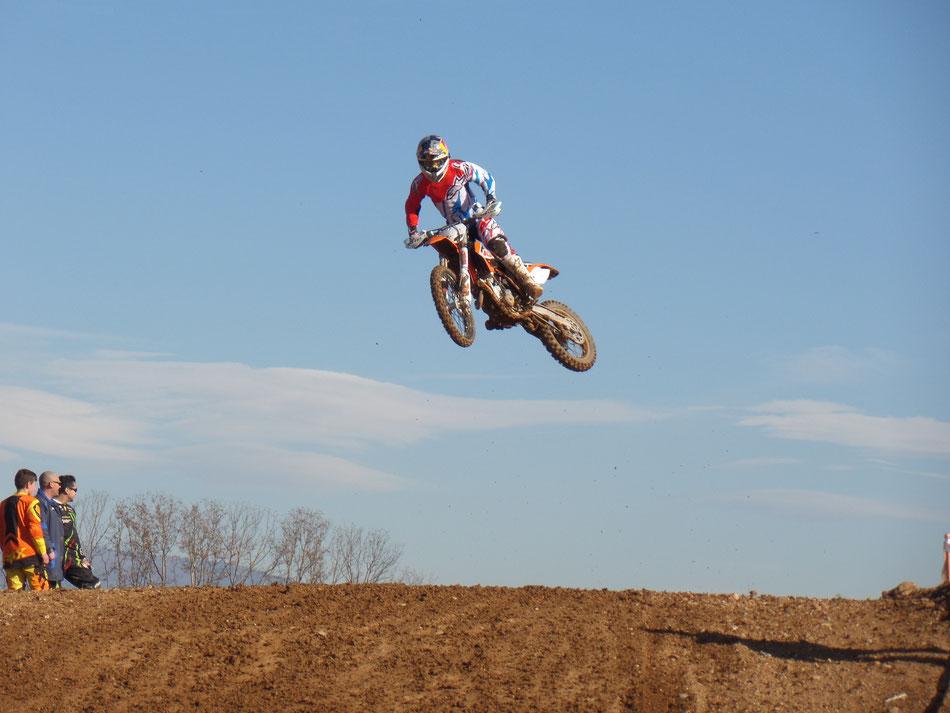 Auch Jonas Folger hat viel Spaß beim Motocross Training.