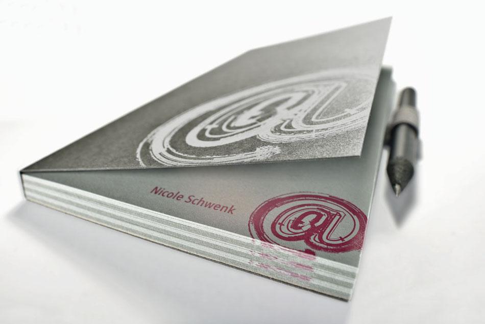 """Edler Block mit  2 verschieden farbigen Inhaltspapieren, abgesetzt, mit Ihrem Namen bedruckt sowie hochwertiger Umschlag """"Color System Metallic"""" von der Papierfabrik Gmund."""