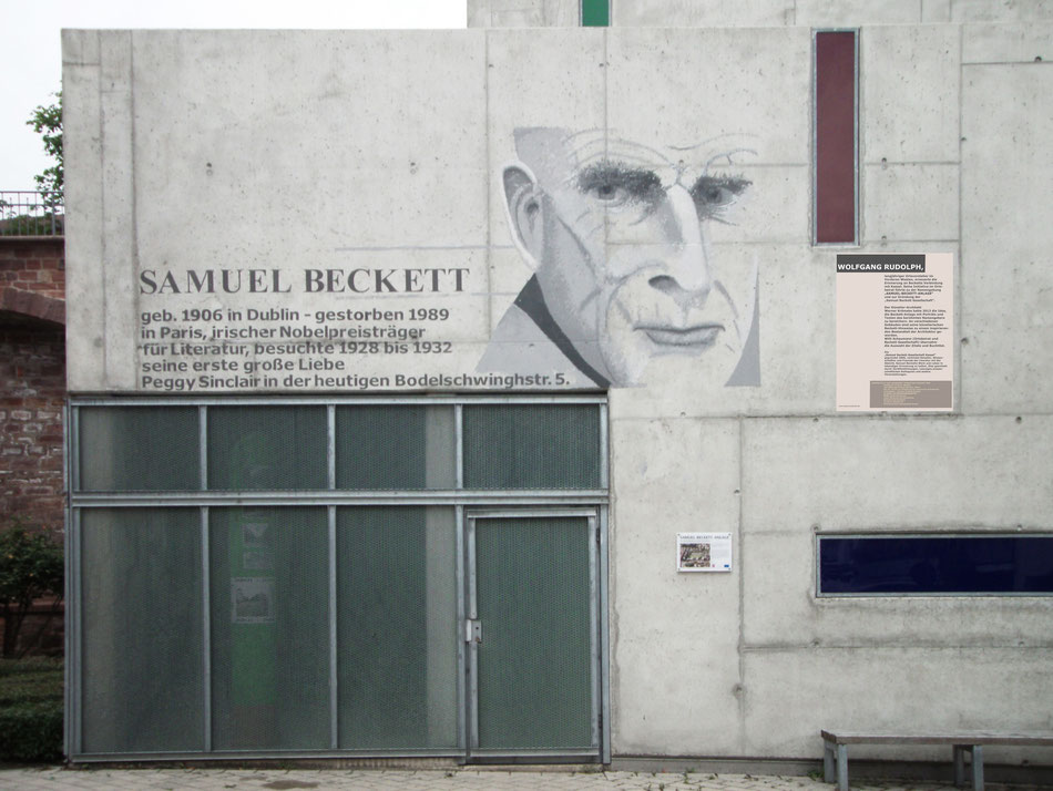 Samuel Beckett besucht mehrfach seine erste große Liebe in Kassel. Werner Krömeke hat ihm mit etlichen Wandgestaltungen ein Denkmal im Stadtbild gesetzt.