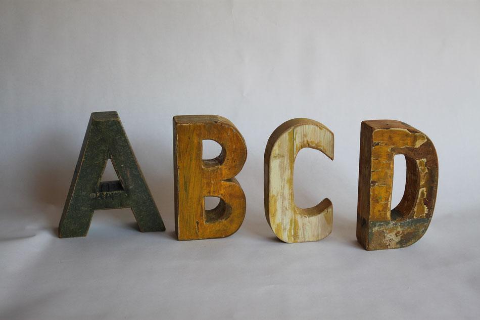 Buchstaben aus antikem Holz mit Farbpatina, Buchstaben von A - Z;
