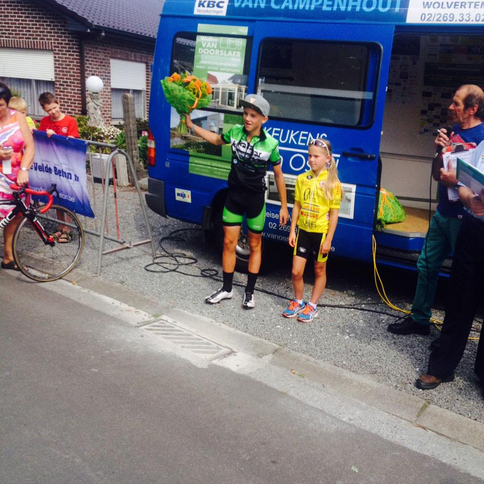 Thibau Nys, winnaar bij de 13-jarige aspiranten in Mazenzele met bloemenmeisje Lisa Van Droogenbroeck