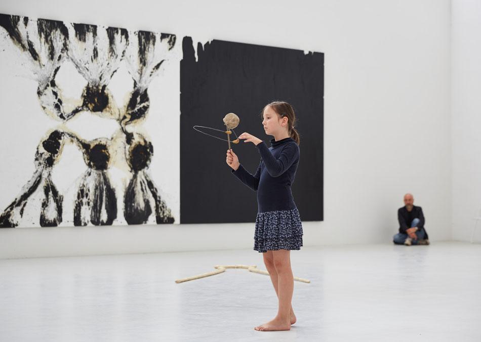 RAPHAEL, 2014, Morat-Institut für Kunst und Kunstwissenschaft, Freiburg i.Br., Dominik Beller, vorgeführte Interaktion mit Skulptur