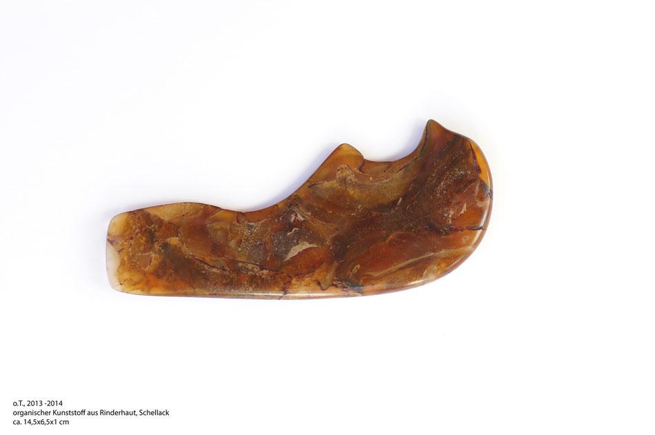 o.T. 2013-2014, organischer Kunststoff aus Rinderhaut, Schellack, ca.14,5*6,5*1cm
