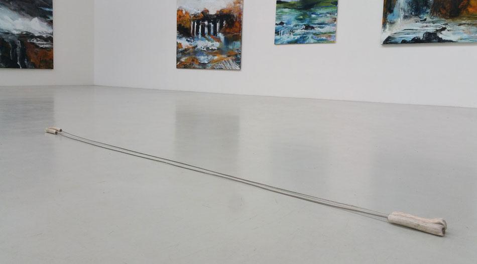 Kunst, Skulptur, Dominik Beller, ohne Titel, 2015, Stahl, Hirschgeweih, ca. 200*7*3 cm, variabel durch Lager und Biegsamkeit der Stähle