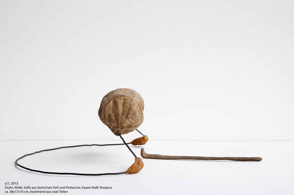 o.T., 2013, Stahl, Seife (aus tierischem Fett und Pottasche), Wolle, Kasein-Kalk-Tempera, Kalk, ca. 38*17*10cm, bestehend aus zwei Teilen