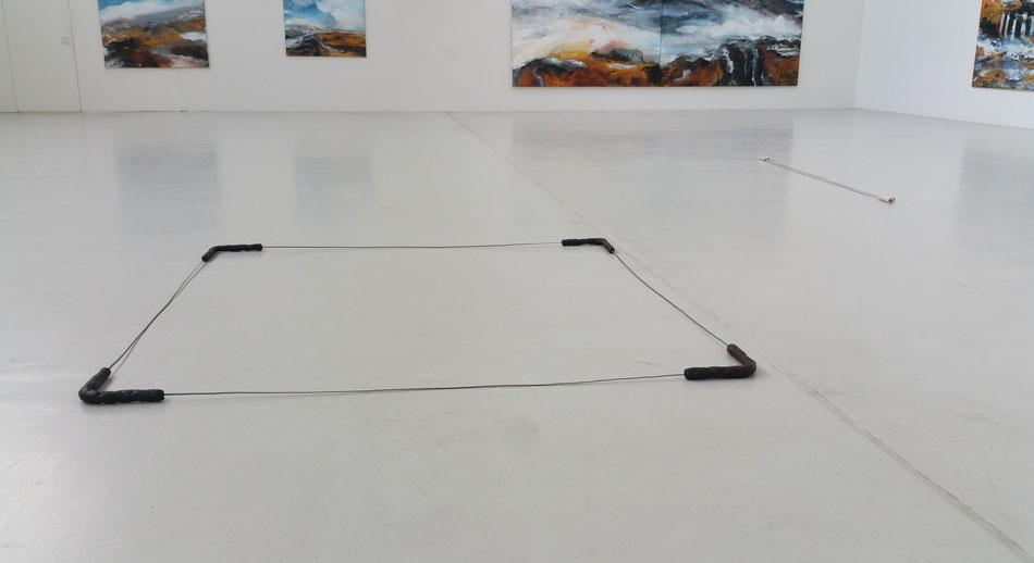 Kunst, Skulptur, Dominik Beller, o.T., 2015, Stahl, Wolle-Gelatine-Kopal-Kunststoff, Drachenblut (Dracaena cinnabari), ca. 170*170*3 cm, variabel durch Biegsamkeit der Seitenteile