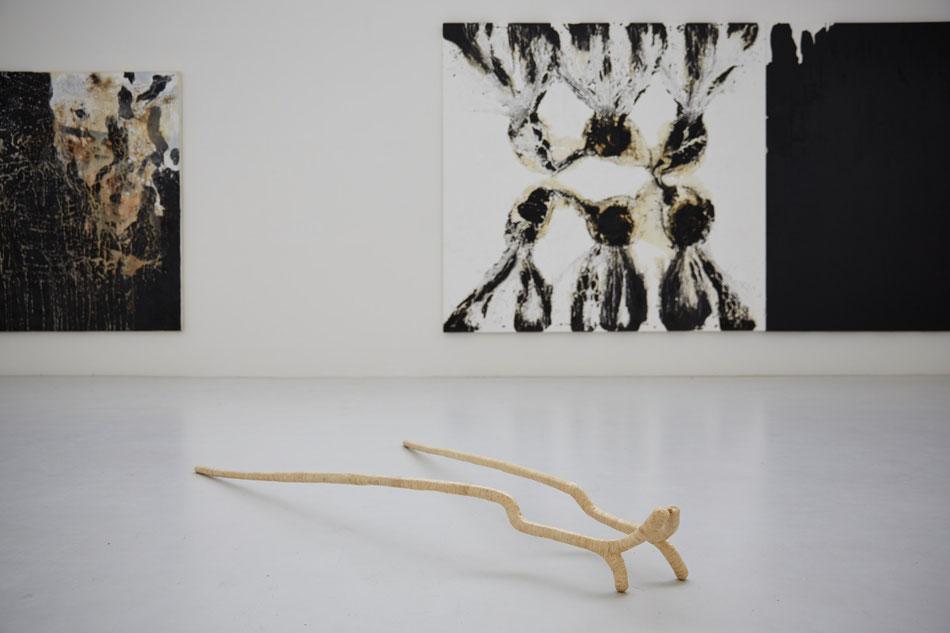Ausstellungsansicht Morat-Institut, Freiburg i. Br., 2014, Gemälde: Ian McKeever, Skulptur: o.T., 2013, Wolle, Hautleim, Bambus, Sehne, mindestens ca. 200*30*10cm, Stellung variabel, durch bewegliche Verbindung beider Stäbe