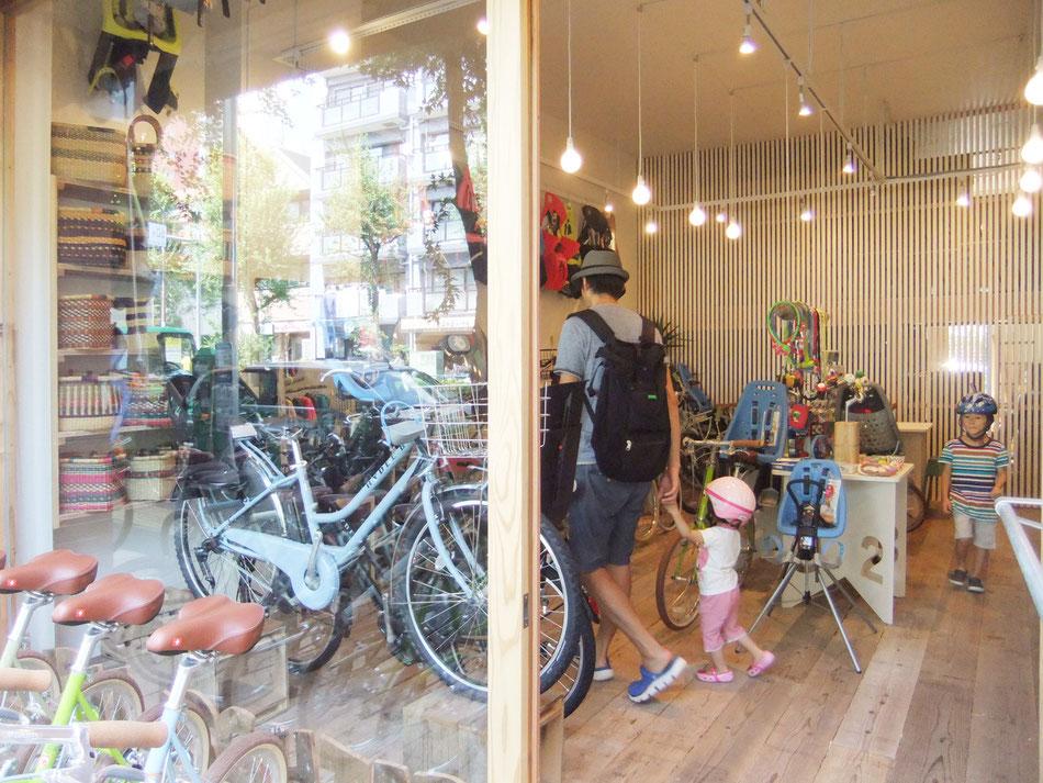 西早稲田の自転車店舗リピト・イシュタールのガラスファサード