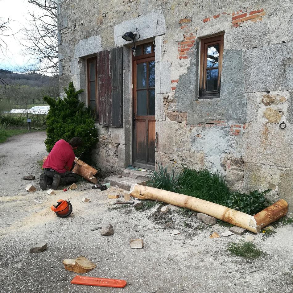 Construction de parterre de fleurs en rondin de châtaigner