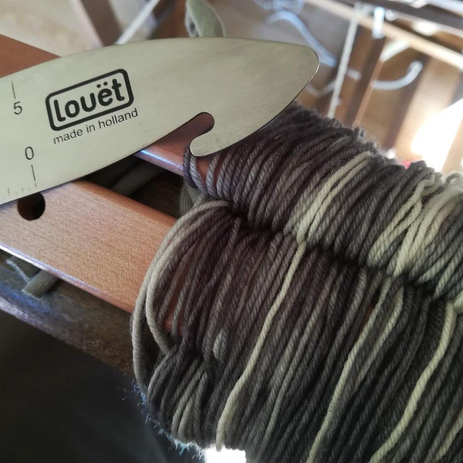 Chaîne en laine teinte à la main