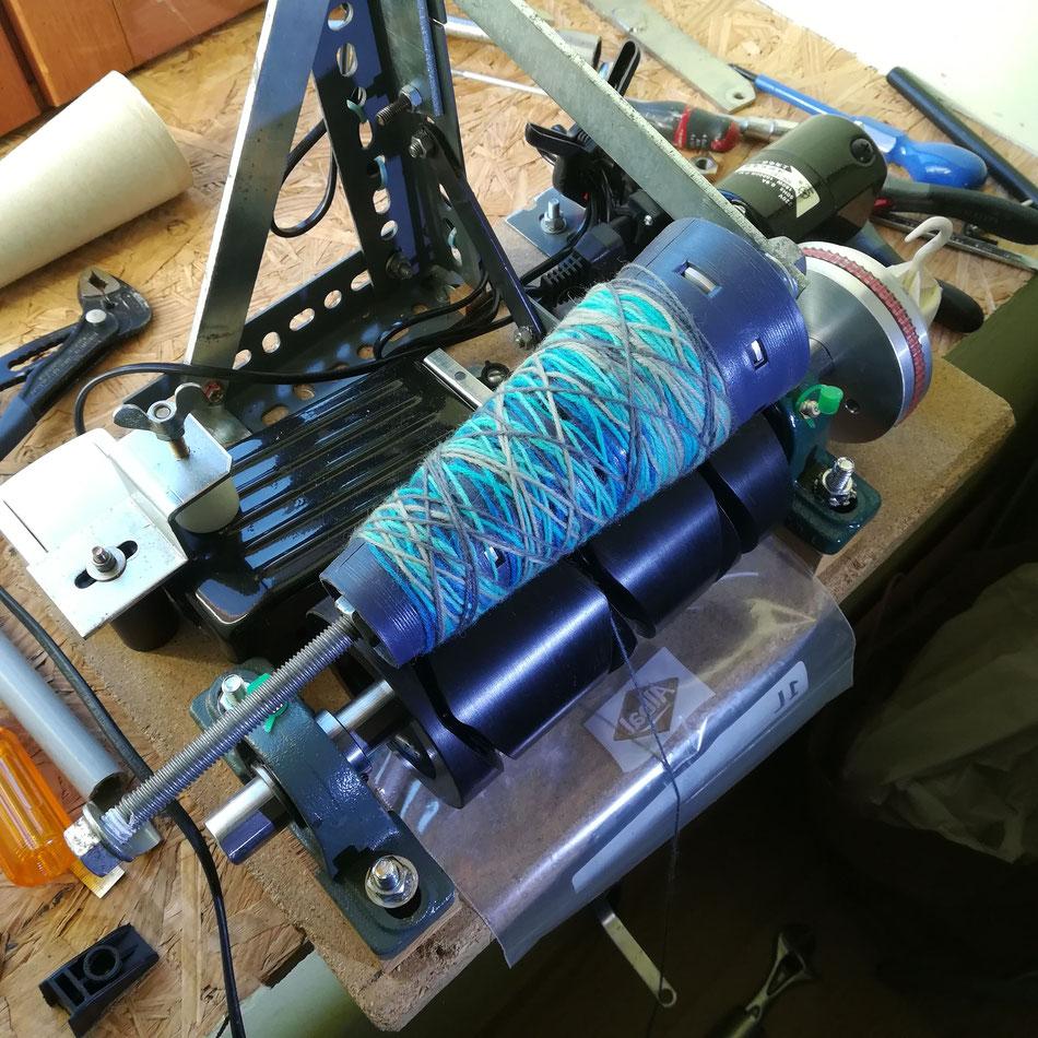 Mon Papa me construit une machine pour mettre mes laines sous forme de cônes. Un défi technique qui devrait marcher bientôt !!!
