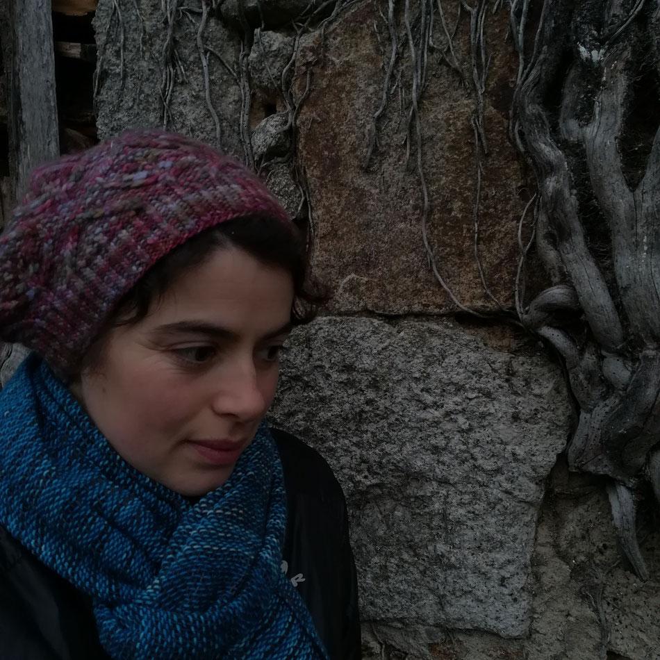 Écharpe portée et un de mes premiers tricot ( un béret en laine Malabrigo qui à 9 ans ... )