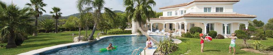 Ferienhäuser und Ferienwohnungen preiswert bei Singer reisen & Versicherungen buchen.
