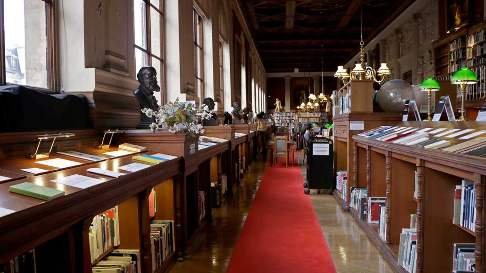 Exposition des livres nominés dans la bibliothèque des Beaux-Arts de Paris.