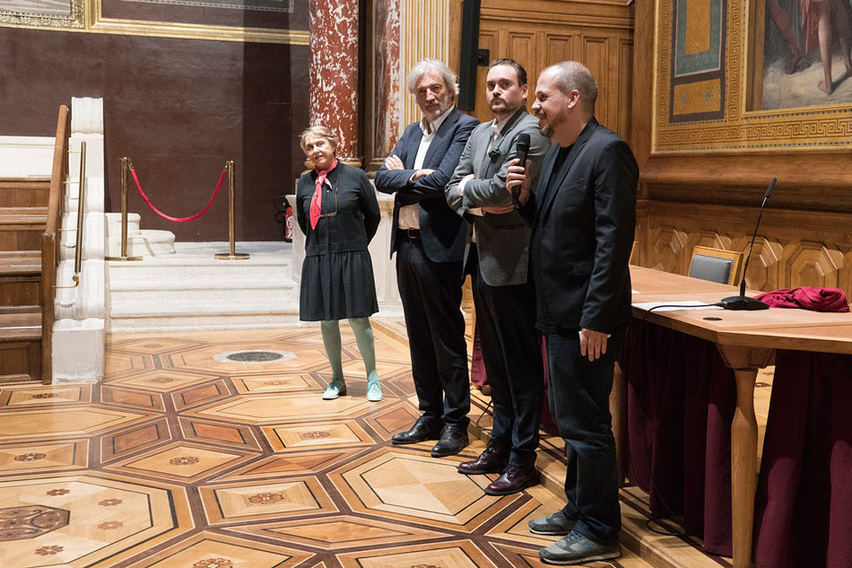 Les lauréats Francesc Ruiz et Stefan Sulzer, Jean Marc Bustamante et Laurence Dumaine Calle, dans l' amphithéâtre d'honneur des Beaux-Arts de Paris.