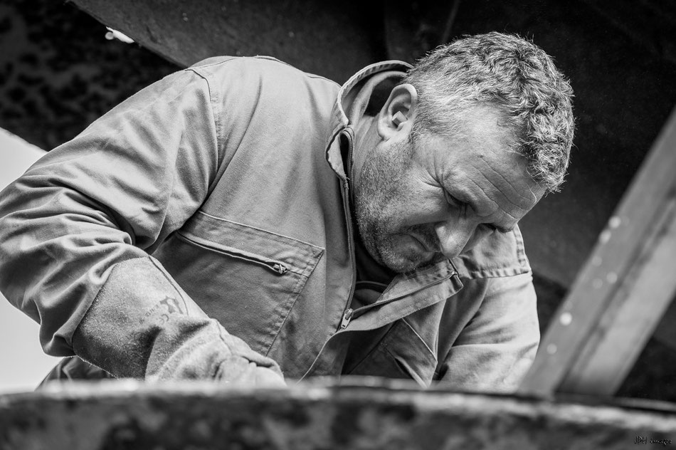 Philippe en pleine action au marteau piqueur pour éliminer  les dernier bloc de béton