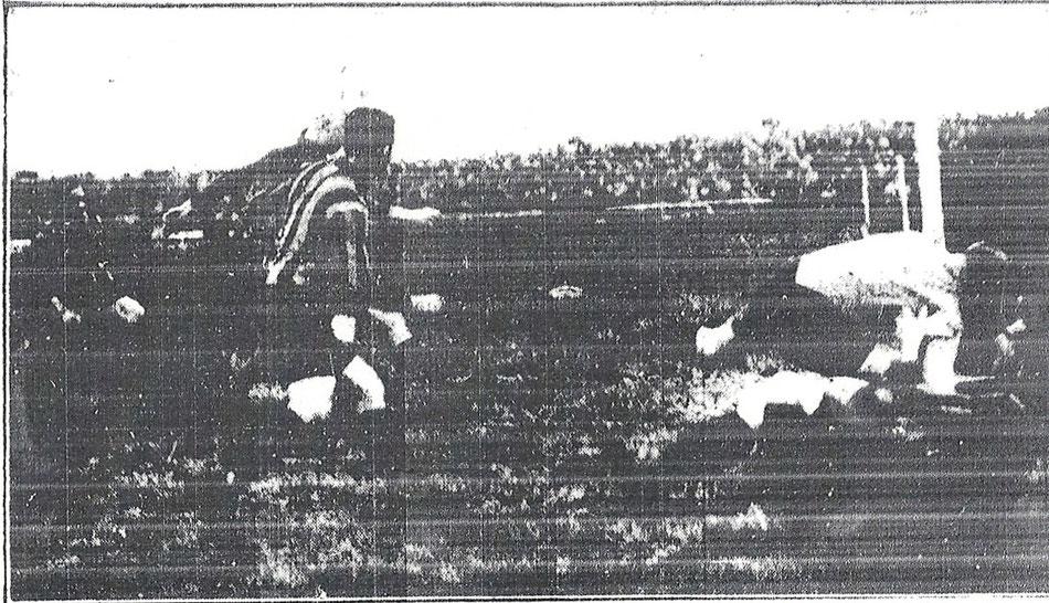 Harter Kampf vor dem DSC-Tor: Der Dresdner Tormann Richter wird vom gegnerischen Mittelstürmer ins Tor gezogen. (Dresdner Nachrichten, 20. April 1927)