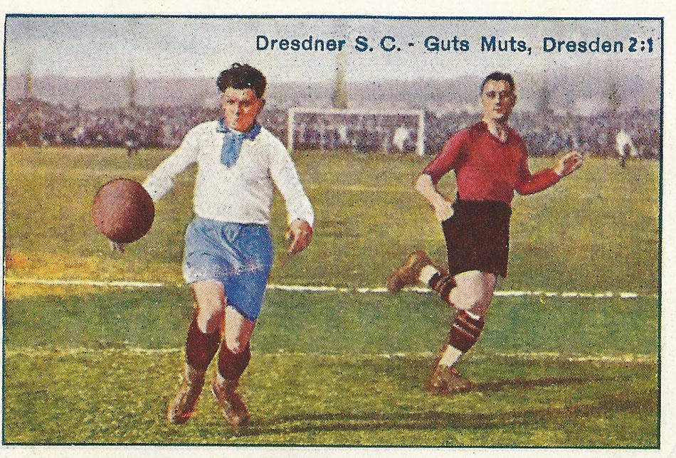 Zetzsche (G.M.) ist durchgebrochen und bringt einen kernigen Schuß an. Im Hintergrunde Köhler D.S.C. Greiling Serie Fußballmomente, Bild 1.
