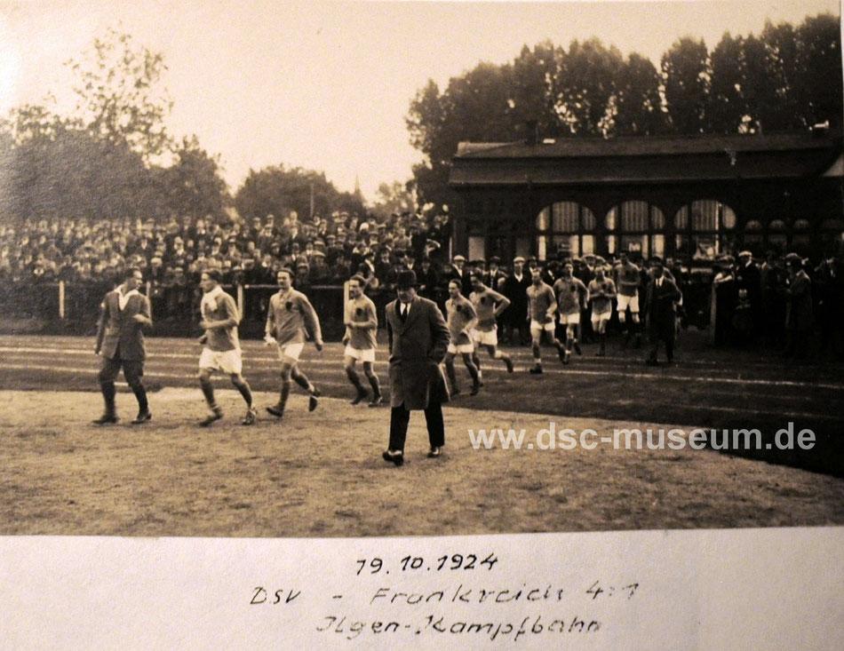 Einlauf des DSV als Deutsche Arbeiterauswahl im Länderspiel gegen Frankreich. Bild freundlicherweise zur Verfügung gestellt vom DSV-Archiv.