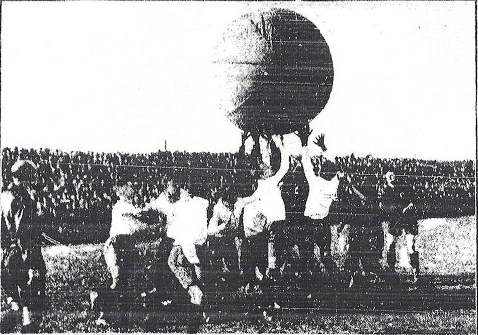 """""""Moment aus dem erstmalig in Dresden vorgeführten Pushballspiel"""" aus Dresdner Nachrichten vom 6. März 1928, Nr. 112, Seite 10)"""