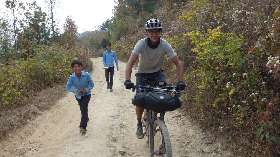 Bild von Janosch auf dem Fahrrad in Nepal