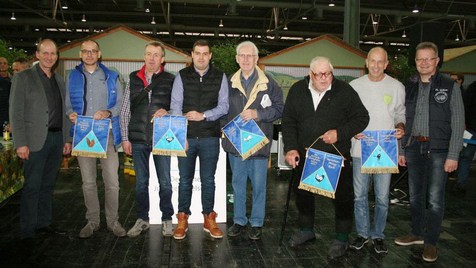 VZV Vorsitzender Uli Freiberger mit den Gewinnern der Siegerkollektionen 2017  und dem 2. Vorsitzenden des VZV, Norbert Wies