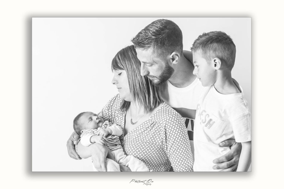 Séance photo en famille au studio à Lucq de Béarn. Un grand frère, un peu fier, des parents chouettes et un petit nouveau : Liam 15 jours. âge idéal pour les séances nouveau - né.Photonat'on photographe 64