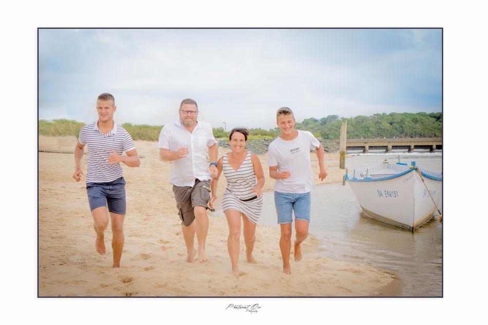 séance photo en bord de plage, nous voici à Vieux Boucau, la famille avait bien coordonnées les couleurs des tenues, on avait une harmonie parfaite, séance en famille avec un beau soleil. Photonat'On photographe à Lucq de Béarn (64).