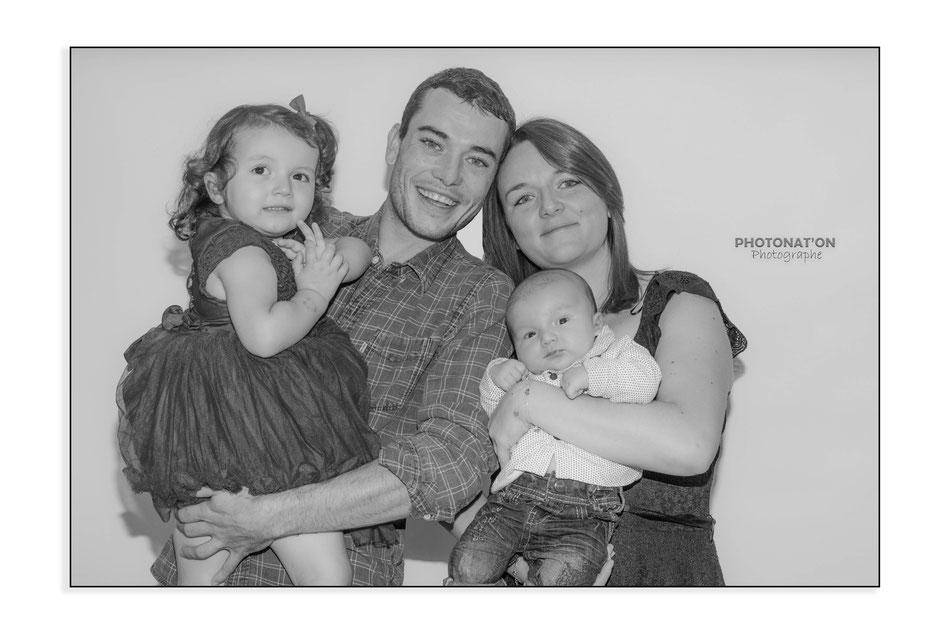 Séance photo nouveau né en studio, créez des souvenirs, le temps passe trop vite! Les mimiques, les sourires, les petites mains tous les détails sont craquants et on leur importance, un cadeau pour toute la famille Photonat'On photographe à Lucq de Béarn.