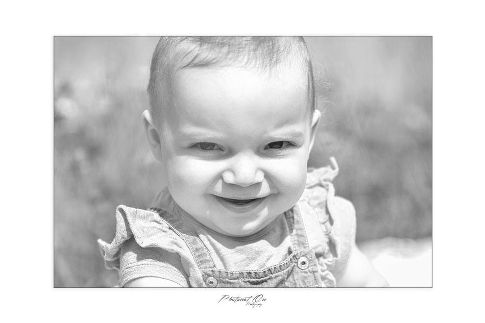 Vous vous souvenez de Ninon? Elle est toujours aussi souriante!  Cette séance photo été prévue dans le but de faire les  faires parts pour le Baptême de Ninon.  Un thème campagnard a été choisi. une chouette ambiance tout en s'amusant!  Demande de tarif p