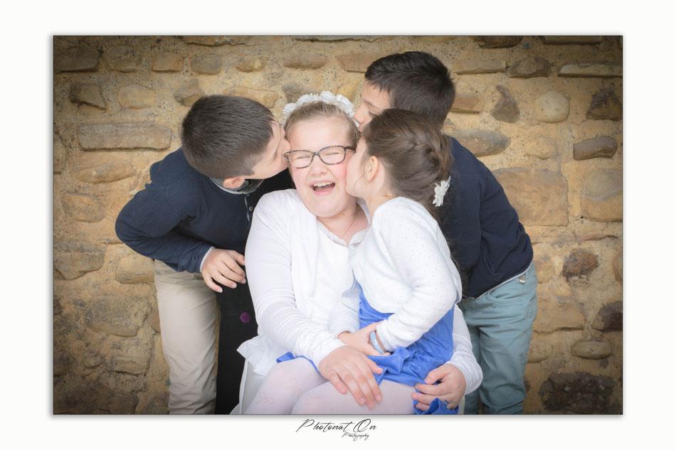 Sollicitée  pour une communion, c'est en famille que je passe un bon moment. immortaliser ses souvenirs avec les grands parents, les cousins, ces gens ou les occasions se font rares, ou on prend pas toujours le temps, c'est chose faite pour cette famille!