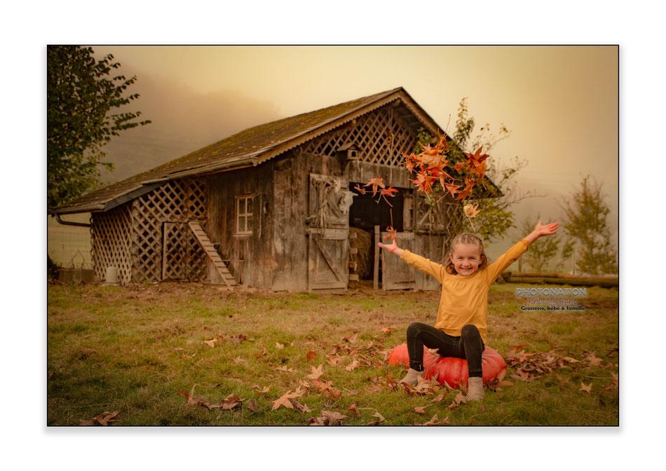 séance photo d'automne à Monein (64) avec Louise. rires, moment en famille, de jolis souvenirs pour cette famille. Photonat'On photographe à Lucq de Béarn.