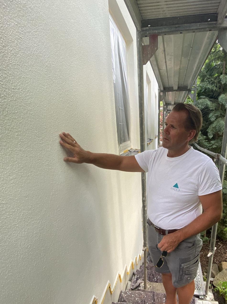 Fassadensanierung , abgewaschen , mit Tiefengrund eingelassen , 2 Fächer Anstrich mit faserarmiertem Streichvlies und anschließend 2 x gestrichen Fassadenfarbe Firma Keim