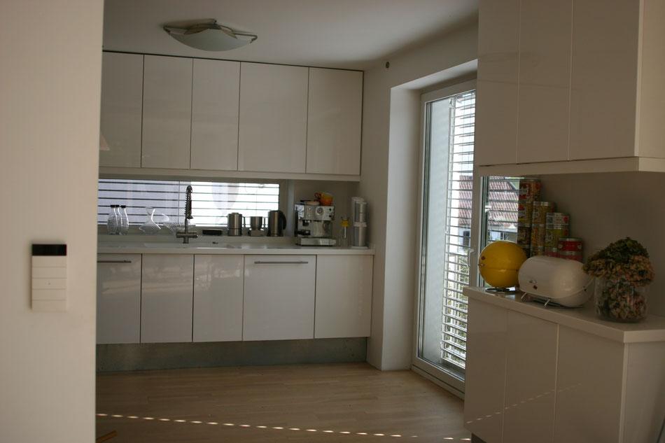 Modernisiertes Haus , neue Küche weiße glattgespachtelte Wände und Decken , Bodentiefes Fenster , Küchenspiegel Fenster , Smart Home , Jalousien , Parkett