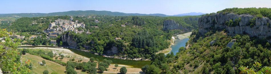 """Vue panoramique de Balazuc en sud Ardèche, classé """"un des plus beaux villages de France"""" et """"village de caractère""""."""
