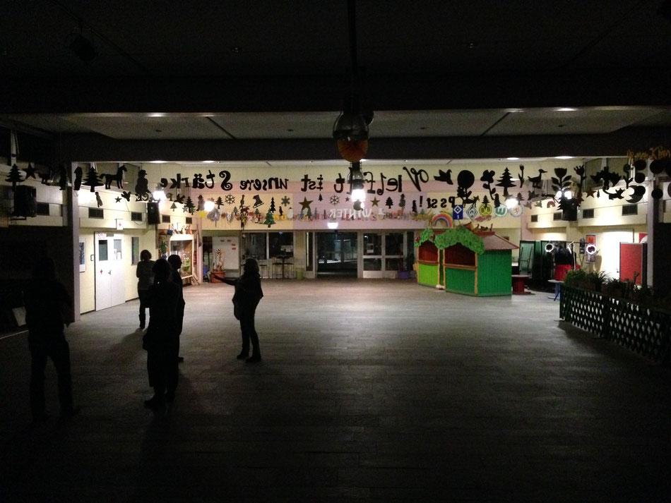 Blick aus Richtung der Bühne auf den Veranstaltungsraum und den Eingangsbereich.