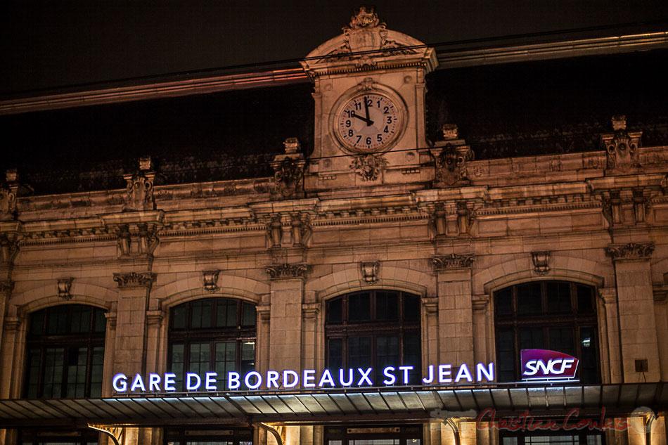 Extérieur nuit. Façade de la Gare de Bordeaux-Saint-Jean, avec son horloge, construction 1890-1897.