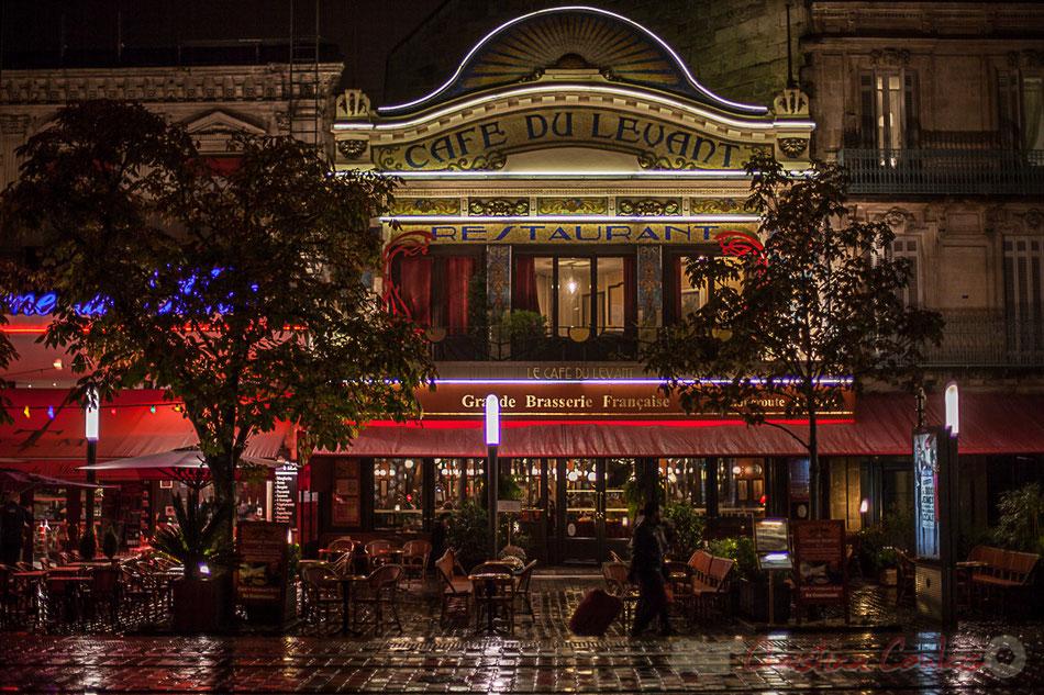 Extérieur nuit, sous la pluie. Fondé en 1896, le Café du Levant est un établissement mythique face à la gare Saint-Jean, avec une salle traversante de 350m². Sa façade art déco de 1923 est une pure merveille.