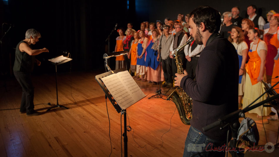 Les Choraleurs chantent Carmen in Swing à Targon, avec leur quatuor jazzy et le récitant plein d'humour !