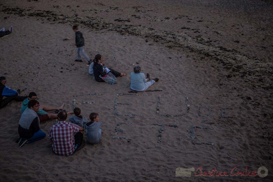"""""""Feu de l'été"""". Sur le sable, attente de l'ouverture du Feu d'artifice du 14 juillet 2016, Saint-Gilles-Croix-de-Vie, Vendée, Pays de la Loire"""