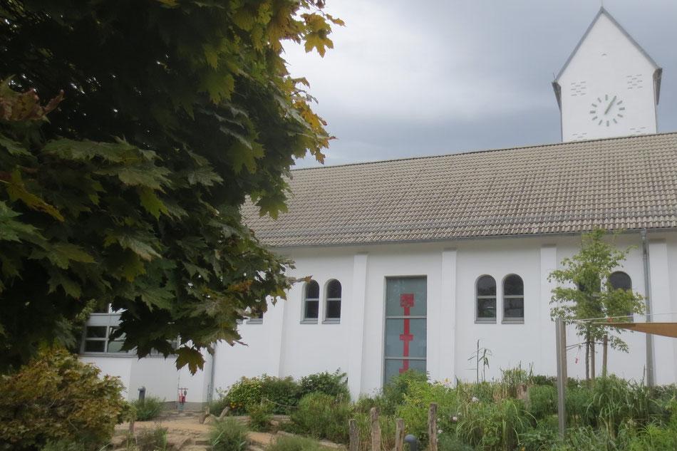 St. Marien, Blick vom Kindergarten, Fensterschnitt der neuen liturgischen Achse mit von außen sichtbarem roten Fenterkreuz, Christus verbindet Himmel und Erde, Architekt B.Braun