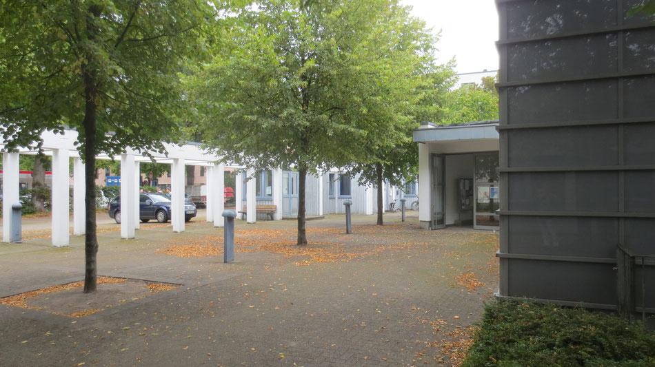 Neugeschaffener Kirchvorplatz mit Pergola und Gottesbuden, Eingangsbereich von St. Marien, Architekt B.Braun