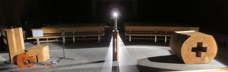 """Altar, Ambo und Osterleuchter in einer lllumination, 2015 """"... Gerne war ich damals in diesem Raum. Dass das Bild immer noch eines meiner ersten Bilder auf meiner Webseite ist, zeugt davon!"""" Gregor Linßen 2019"""