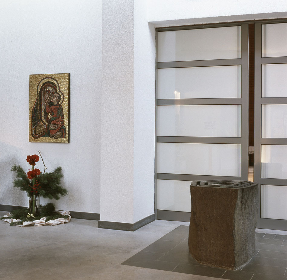 Der Ort der Marienverehrung in St. Marien, Hilfe der Christen, befindet sich im Vorraum der Kirche neben dem dem Taufstein.